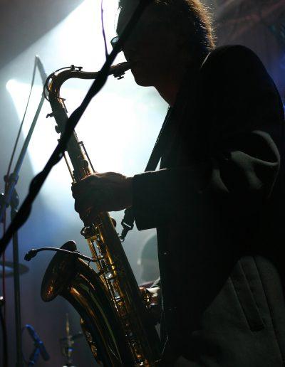 fotograf event modenschauen konzerte band forografBild Nr.2703046922_Titel Rockband Hayden in Concert Saxophonist_Bilddaten 2756x4134 Pixel 4.784 KB